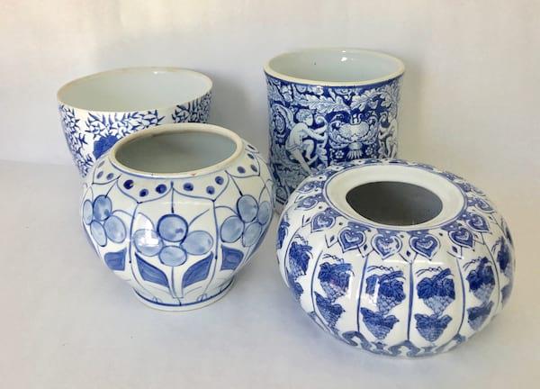 BLUE AND WHITE ROUND VASE